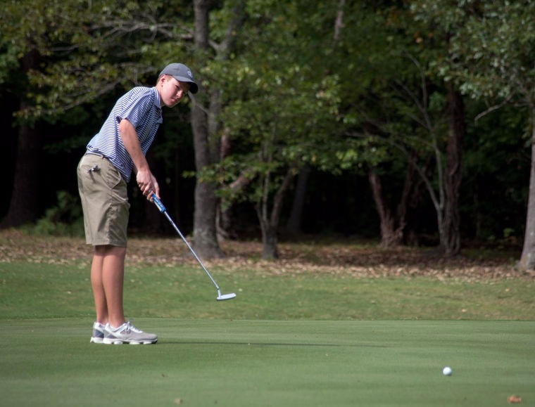 Kyle+Clarke+swings+his+putter+at+the+Regional+Golf+Tounament.
