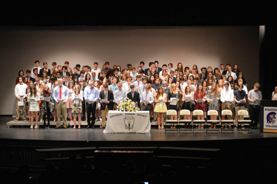 All+of+the+new+NHS+inductees+recite+the+pledge+to+uphold+the+pillars+of+the+chapter.+