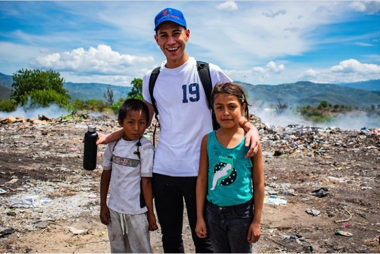 Josue+Candelaria+goes+sightseeing+in+Guatemala+with+the+children+from+his+village.