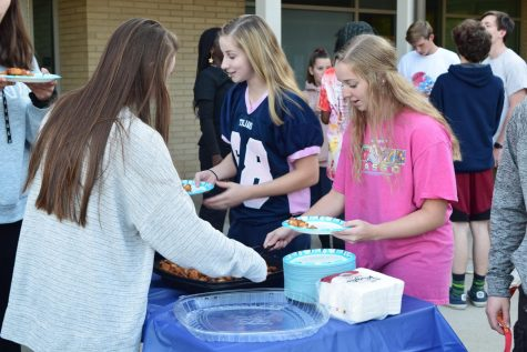 Seniors celebrate first tailgate of the year