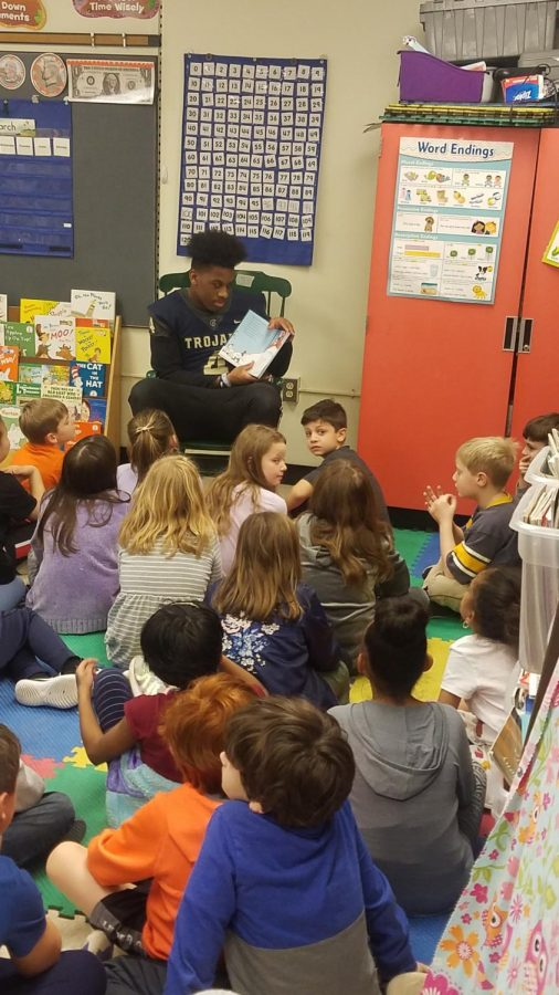 Midlo+football+player%2C+junior+Kameron+Olds%2C+reads+to+elementary+students+at+J.B+Watkins.