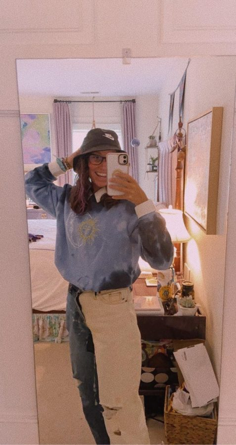Millie Weinhold embodies 90s fashion by pairing her outfit with a bucket hat.