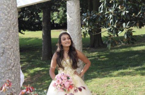 Estudiante de segundo año Nicole Gamba celebra su quinceañera.