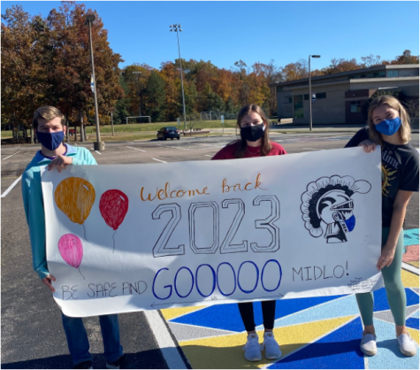 Sophomore class council members Patterson Summers, Caroline Pickels, and Kate Grillot welcome students back to in-person instruction.